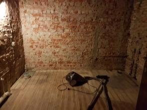 De badkamer leek na het strippen op een kamer uit een concentratiekamp