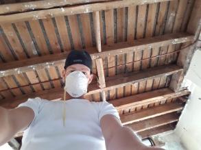 De plafond van de keuken na het strippen